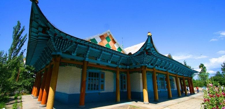 Jour 9.  Tamga – Jety Oguz – Karakol (ca. 150 km, 2h)